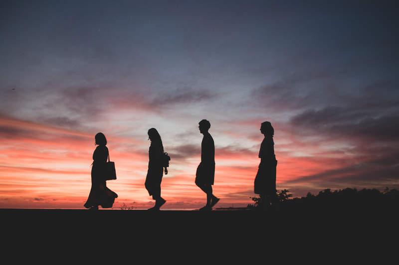 4-promeneurs-soleil-couchant