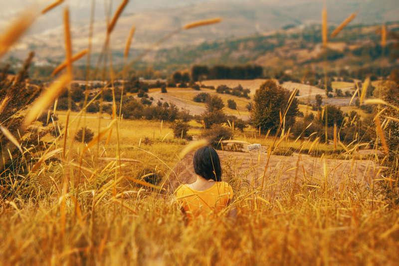 femme-dans-un-champs-la-cueillette-avec-une-intention